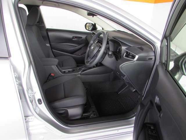 大きく開くフロントドアは乗り降りがしやすく、自然で楽な運転姿勢で長時間運転していても疲れにくいシートです。