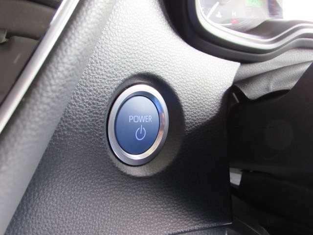 ブレーキを踏んでプッシュスタートボタンを押せば、ハイブリッドシステムが起動します。衝突回避支援システム他充実装備の一台です。