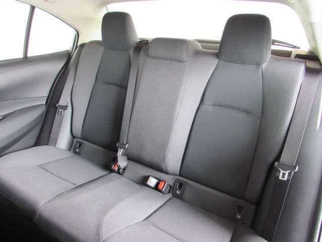 ハッチバックやミニバンとは違う、セダンの上質な座り心地を体感できる後席シート。ゆとりのロングドライブはいかがですか。