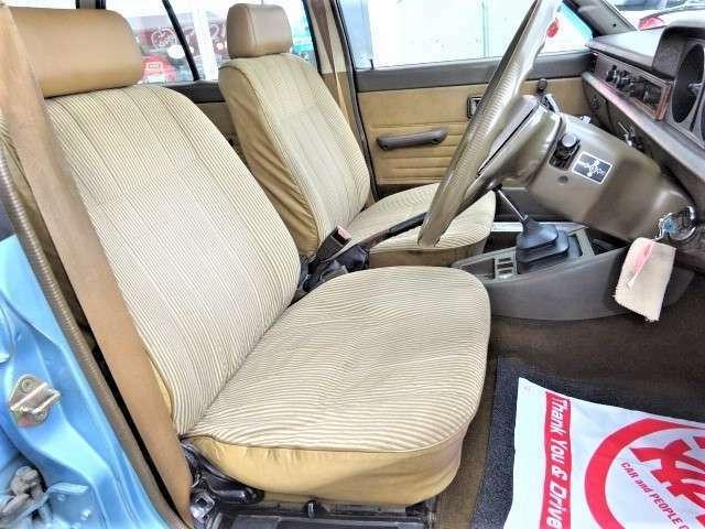 運転席シートはへたりやコゲなどございます。