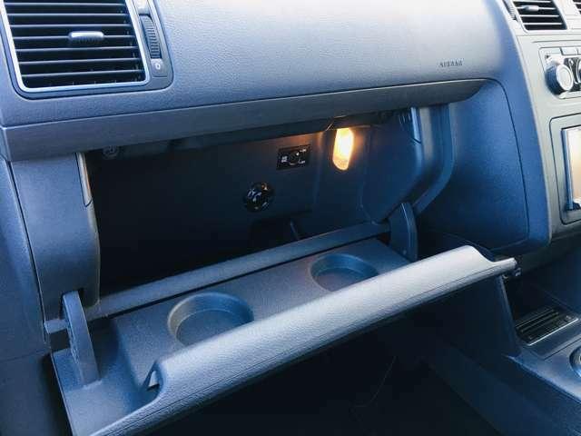 ちょっとした小物から車検証ケースなど収納可能なグローブボックス。
