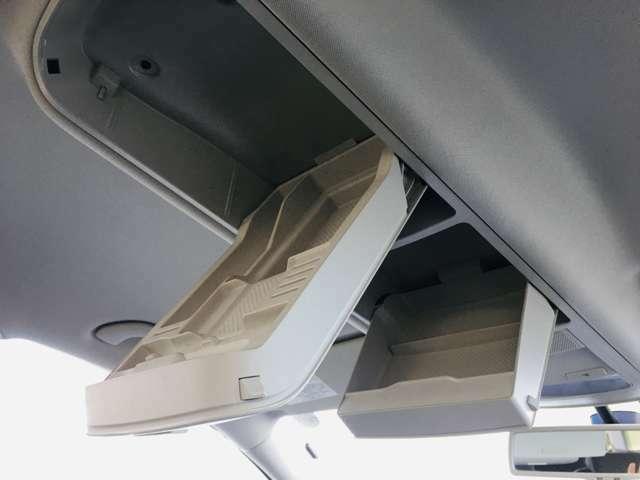 天井には小物入れも備え付けられています。