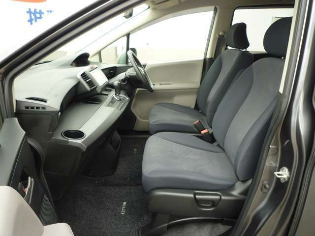 グレー基調のシートはドライブ時にしっかり身体をサポートしてくれます