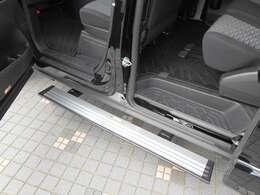 助手席側にはドアの開閉に連動して作動するステップ付きです。乗降の際に便利ですよ。