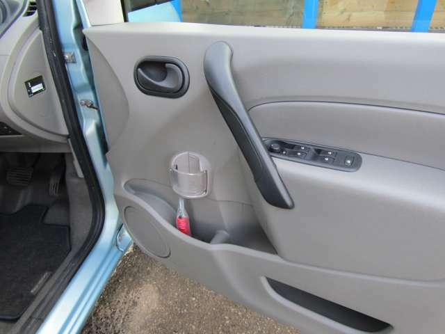 運転席、助手席ドアにカップホルダーがついてます!
