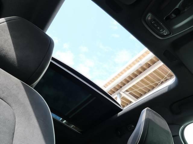 【パノラマルーフ】前後2枚のガラスルーフで室内全体が明るい空間に!フロントセクションはスライド機能があり外気を取り込むことも可能。さらに開放的なドライブを演出できます。
