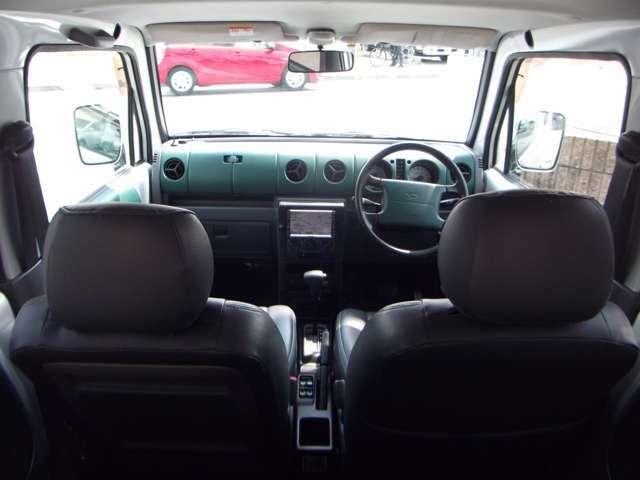 レザー調ブラックシートカバーにインパネはグリーンとブラックのコントラスになってます。