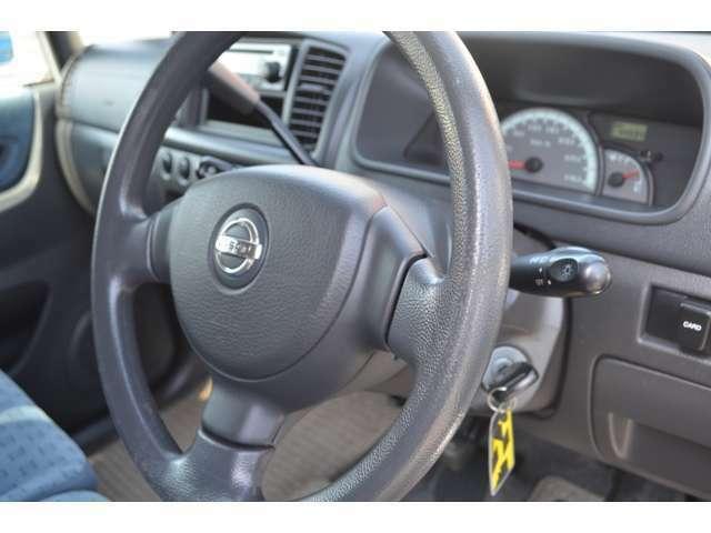 年式が古いクルマのハンドルは、劣化による擦れや傷などが多い物ですが、この車輌はご覧と通り、奇麗な状態を保っておりますのでご安心ください。