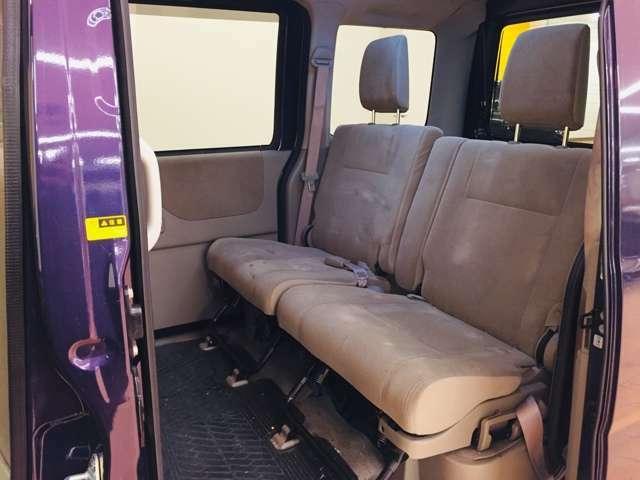 後席の足元の広さを確認してください。