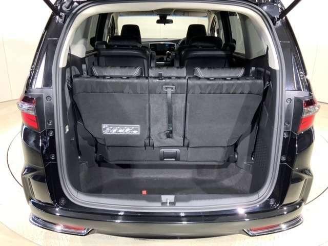 ベビーカーなど背の高いアイテムを立てたまま収納可能にし、3列目シートの格納時も荷物などをしまっておけるラゲッジルームアンダーボックスを装備。