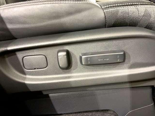 【運転席8ウェイパワーシート】 シートの前後スライド、リクライニングの角度、高さを、電動で調節可能。