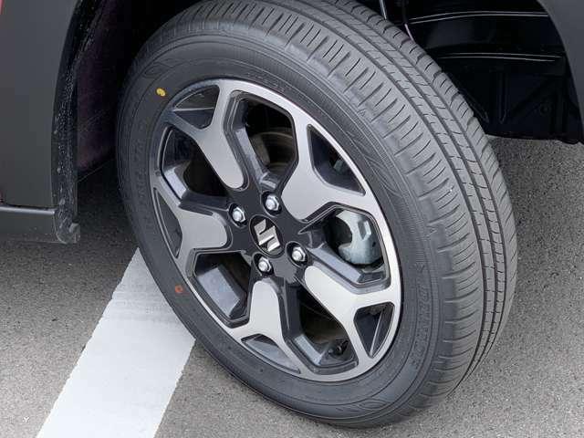切削加工&ブラック塗装が施されたデザイン性のある15インチアルミホイール☆タイヤ溝はまだまだタップリ残っていますからこれから長距離ドライブもどんどん楽しんでください☆