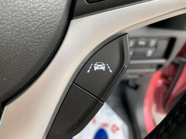 ターボ車に設定されている車線逸脱抑制機能☆ハンドルのスイッチを押すとカメラが車線を検知して、車線逸脱の可能性が高いとシステムが判断するとステアリング操作を促し、車両を車線内側に戻すようにサポート☆