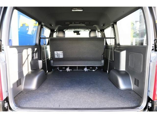 ハイエースバンの真骨頂でもあるこの車内空間!ワイドボディですので更に広いです!