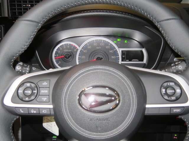 ハンドルにオーディオの操作装備、走行中でもワンタッチで簡単に操作でき安全で便利。遠出もらくらくクルーズコントロールスイッチ装備、高速道路などでアクセル踏まずのドライブが実現、一定の速度で走行できます