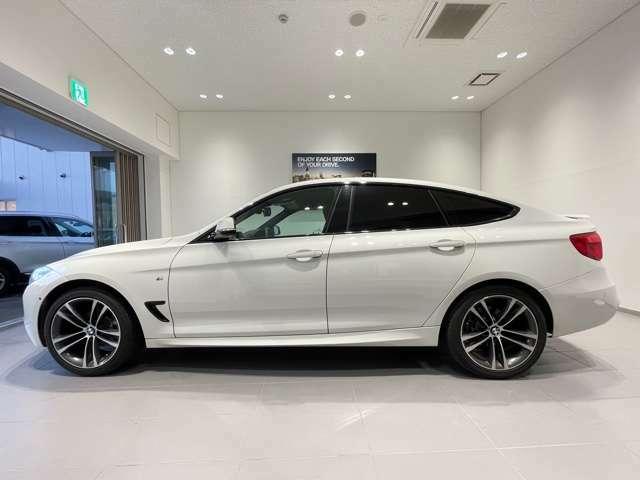 BMWではロングホイールベースの採用をしており、すべての車種に適用され、走行中の安定感の向上されております。また室内空間の広さにも貢献しております。