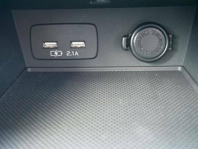 電源ソケットが1つ、USB電源ソケットが2つあります。