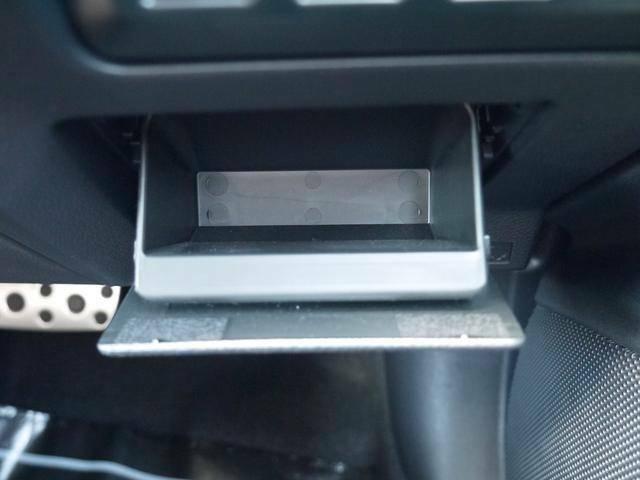 主要スイッチ類の下に簡易的な小物入れがあります。