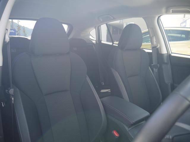 運転席は電動シートです。手動と違って細やかなセッティングができるのが特徴。