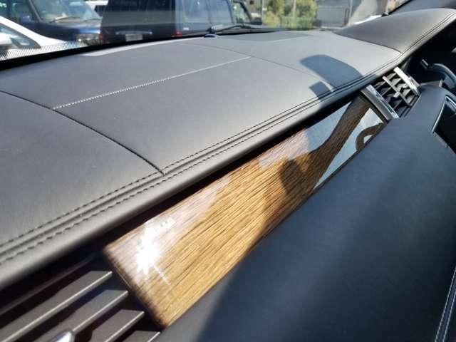 ダッシュボードもステッチ入りの本革仕様で高級感溢れます。ウッドパネル付き。