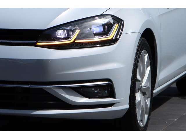 LEDヘッドライトを装備。高い視認性を確保しながら、消費電力の少なさと長寿命を実現した次世代ヘッドライトです。自然光に近い光でより明るく夜道を照らし、ドライバーの疲労を軽減します。