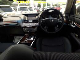 車内装は黒基調でウッド調パネルなど、落ち着いた気品を感じる仕上がりです!
