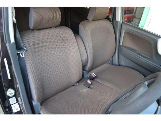 車内は窮屈ではなくゆったりできる空間はあります!