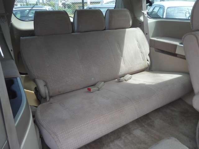 サードシートも大人3人ゆったりとお座り頂けます。目立った使用感も感じられなく、大変きれいな状態が保たれております。