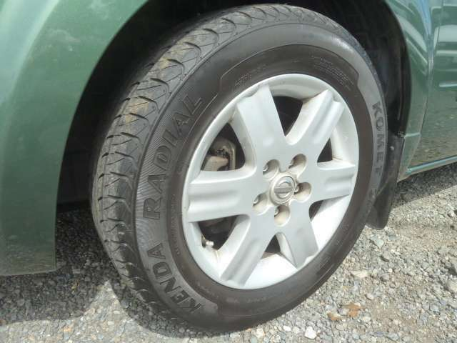 もはや純正ホイールで充分ですね。タイヤ溝もしっかりと残っておりますのでご安心下さい。
