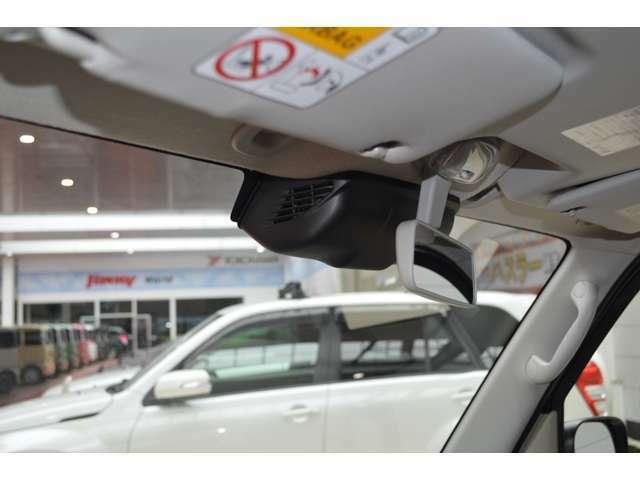 フロントガラス上部に取り付けられた2つのカメラが、前方の車両や歩行者を検知(デュアルカメラブレーキサポート)。夜間でも安心です