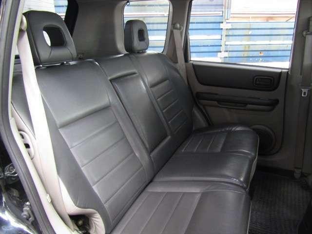 SUVとしてはコンパクトなボディですが、大人4人が快適に過ごせる室内となっております!