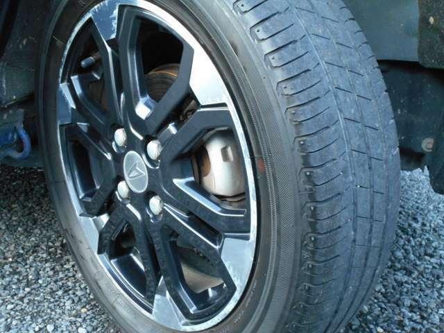 4本ともに深刻ではありませんが若干タイヤの劣化がはじまってきております。もう少しすると交換時期かもしれません。