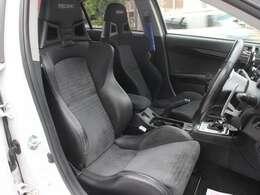 運転席はハーフレザーのレカロシートに変更されています!
