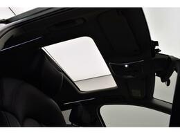 サンルーフ『高級車の代名詞サンルーフ。室内が開放感ある空間となりお子様にも人気の装備となっております。』