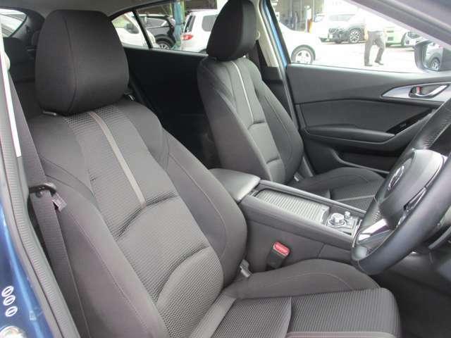 フロントシート:最適なシートポジションに合わせることで、より安全な運転につながります。