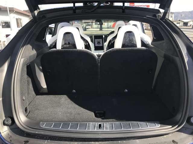 サードシートを倒すとさらに容量広々です。床下収納もあります
