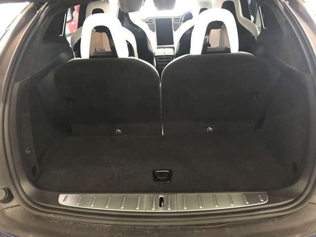 サードシートを倒すとさらに容量広々です。床下収納もあります。