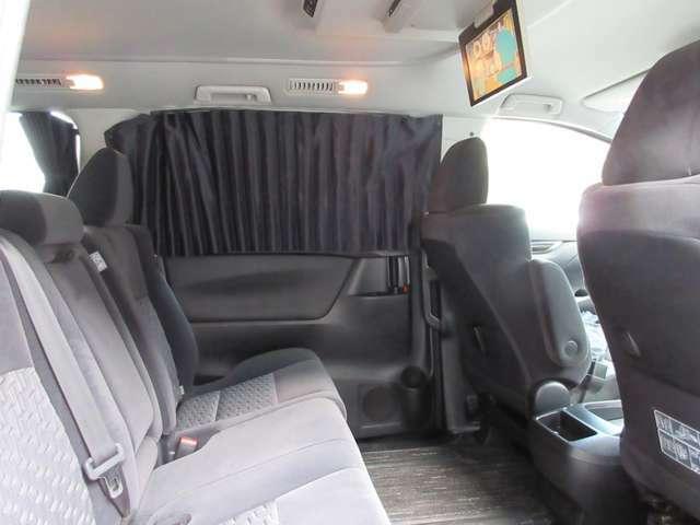 貴重な8人乗りですので、2列目にも3人座ることが可能です。フリップダウンモニターや車内カーテンで高いプライベート空間を確保しております。