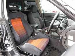 運転席シートは高額モデルのRECARO製に変更済み。切れなども御座いません。音響設備や足回り、外装など全てに手の加わった弊社一押しの一台となります。お気軽にお問い合わせ下さいませ