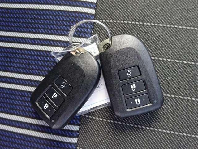 スマートキ-付き!【キ-をバッグの中に入れたままでも】、ドアハンドル付近のボタンを押せば、ドアの施錠&開錠が出来ます(*^^*)