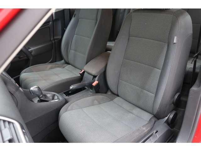 フロントシート。安全装備をオプションで追加せずとも、フォルクスワーゲン車はサイドエアバッグを全車標準装備しております。