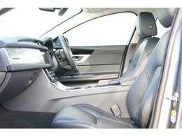 運転席(メモリー機能付き)、電動ドライバーズシート(ランバーサポート付き)