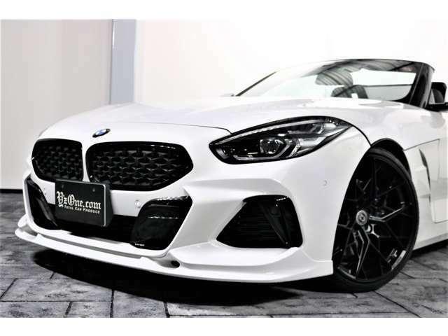 ボディの端に沿うように配置されたヘッド・ライトは、内部にある2個の光源を縦方向に配置すると共に、BMWの象徴的存在であるキドニー・グリルには、新しくメッシュ状のワイドなデザインを採用!!