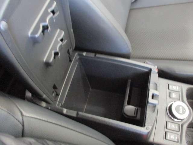 運転席と助手席の間に収納スペース!
