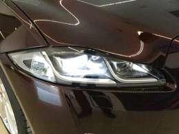 フルLEDヘッドライト(アダプティブライティング付)(74,000円)「フロントフェイスを際立たせるLEDヘッドライト。耐久性にも優れ、なおかつ明るく照らすのが特徴です。」