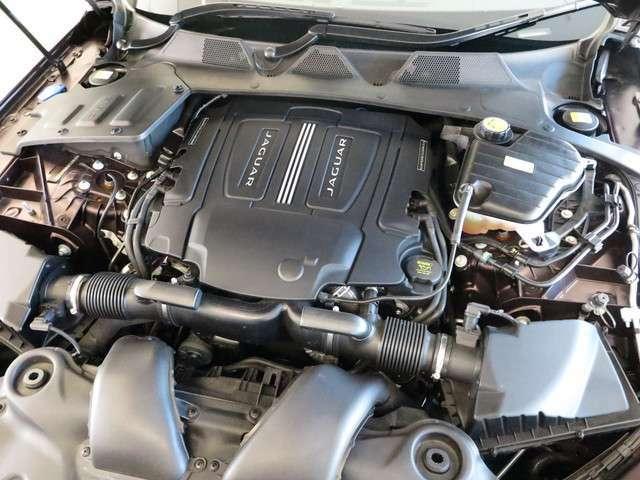 3L水冷V型6気筒DOHCスーパーチャージド「ミッションは8速オートマチックを採用。走りにも重点を置かれたXJを是非ご体感ください。」