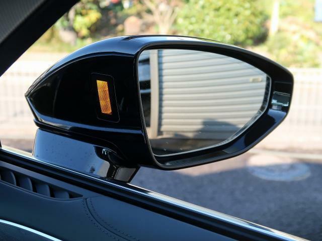 <アウディサイドアシスト>自車を追い越そうとするクルマが自車の死角にいる場合など、システムが車線変更の危険を予測し、該当する側のエクステリアミラーに搭載されたLEDが点灯してドライバーに警告します