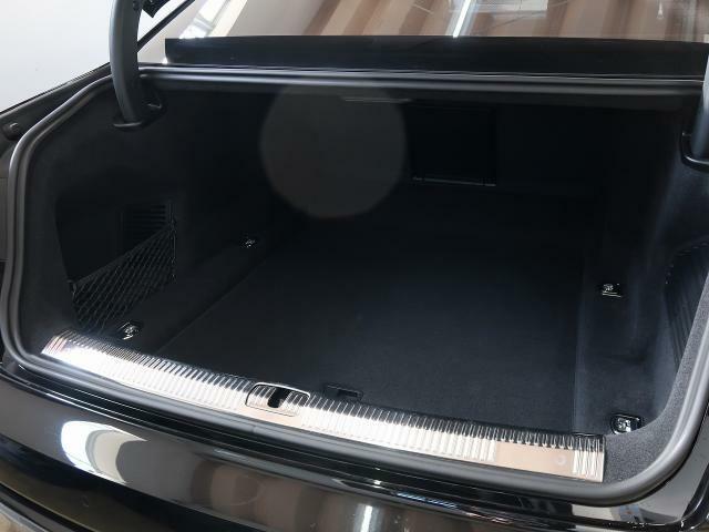 ・凹凸が少なく使いやすいラゲッジスペースと、そこに敷かれる上質なカーペットはAudiならではです。