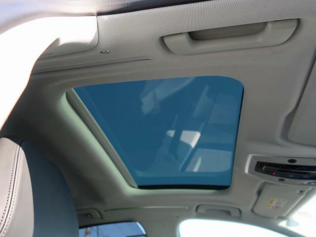 <サンルーフ>広く設けられたガラスから車内へ光が降り注ぎ、心地よい空間を作り出します。