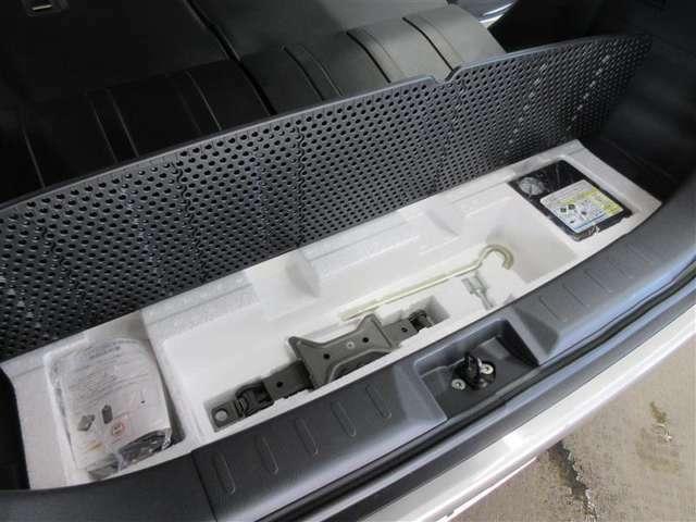 タイヤパンク修理キットが装備されています 工具そろっています